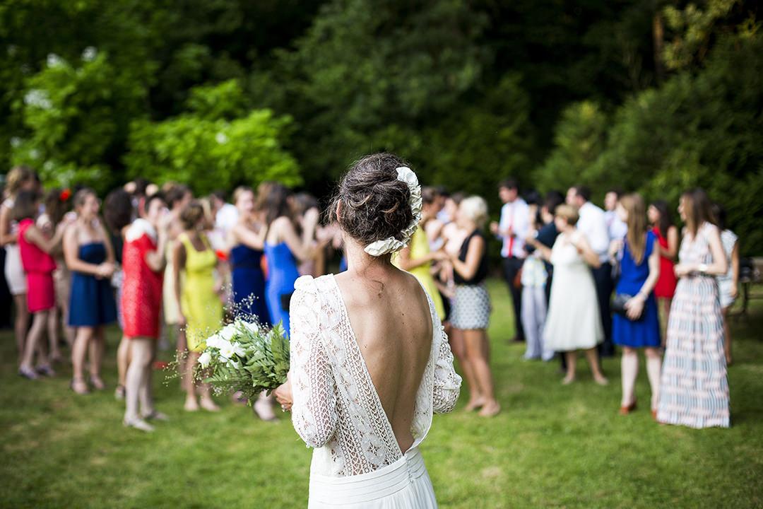 Panna młoda na weselu z gośćmi
