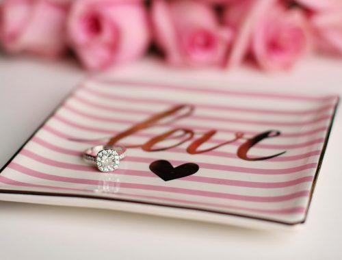 Pierścionek zaręczynowy na talerzu z napisem love