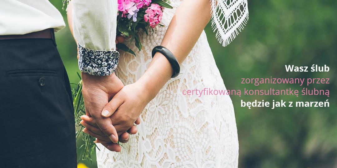 Romantyczna para w dniu ślubu trzymająca się za ręce