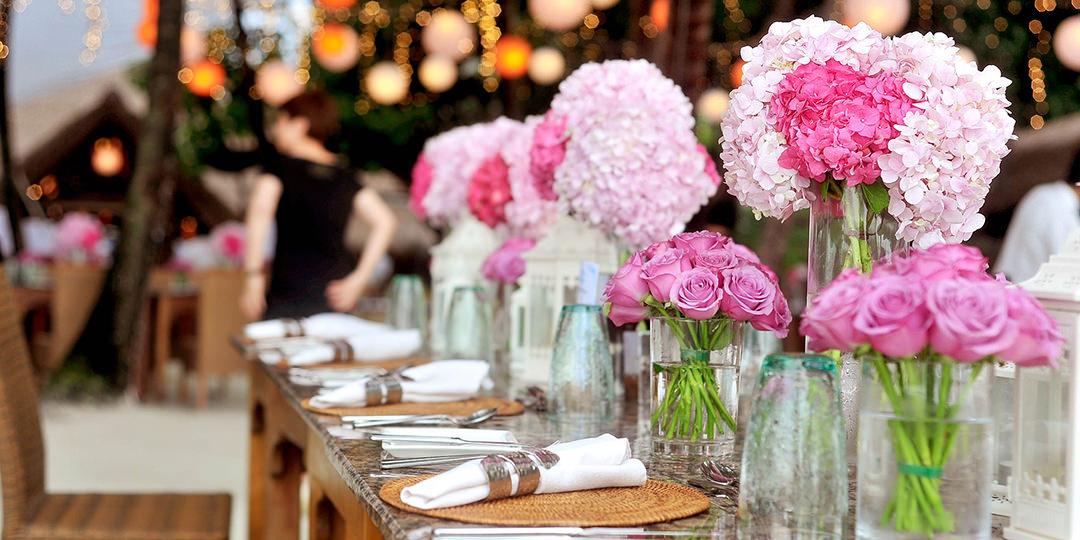 Stoł weselny z różowymi hortensjami w stylu boho