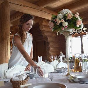 Konsultantka ślubna przy pracy,  poprawia wystrój stołów