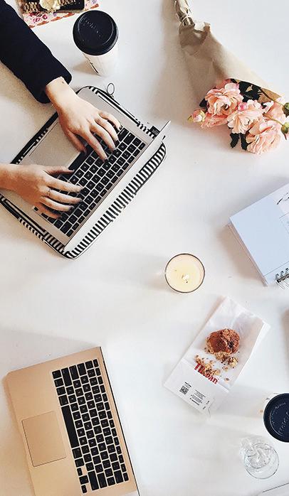 konsultant ślubny przy komputerze pracujący nad ofertą ślubną
