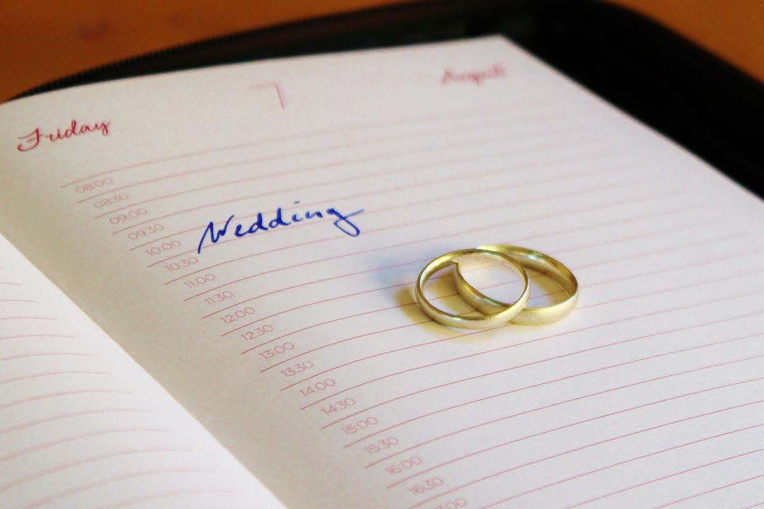 Kalendarz z wyznaczoną przez obrączki datą ślubu