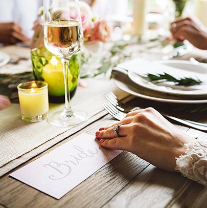 Stół weselny z panną młodą koordynowany przez konsultantkę