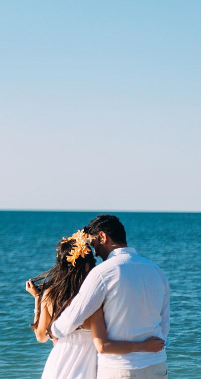 Morze i plaża na której przytula się młoda para