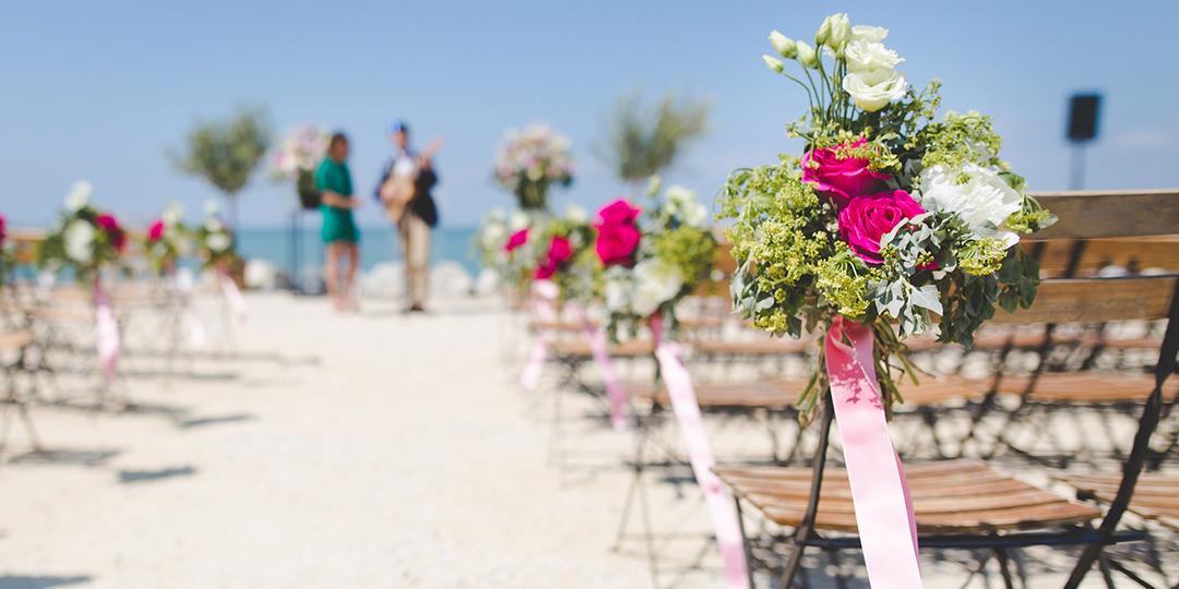 Przystrojona plaża na ślub na niej