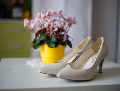 Buty ślubne wraz z kwiatami w dniu ślubu
