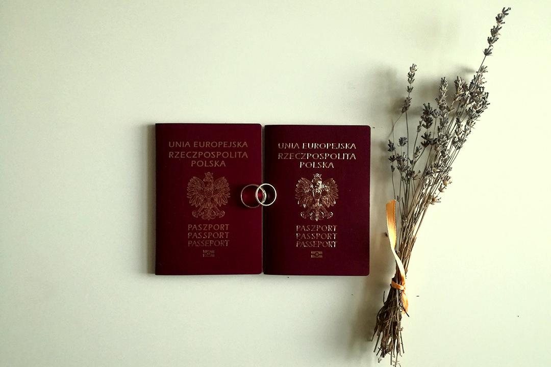 Paszporty, obrączki i kwiaty