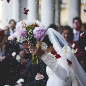 Para młoda obrzucana płatkami róż po ceremonii