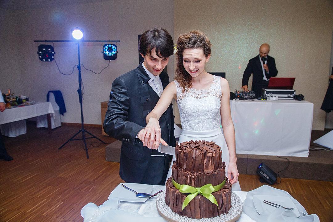 Para Młoda kroi tort